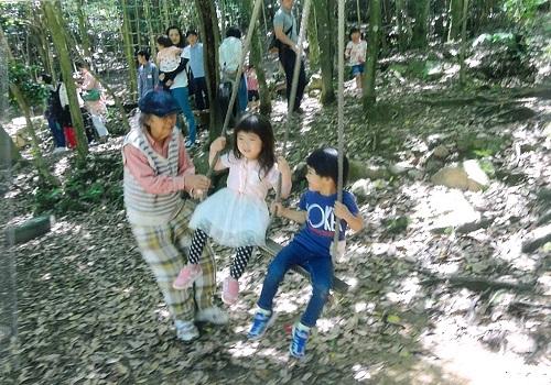 童の森で遊ぶ子供たち