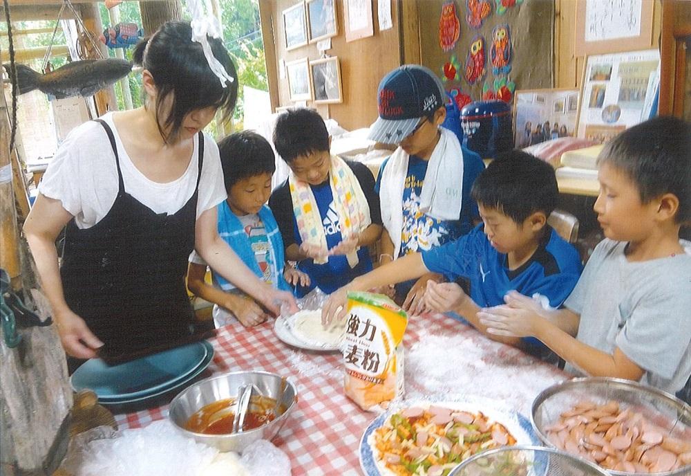 山口ふくろうクラブ「ランプの宿で、夏季里山体験キャンプ」(写真:ピザ作り)